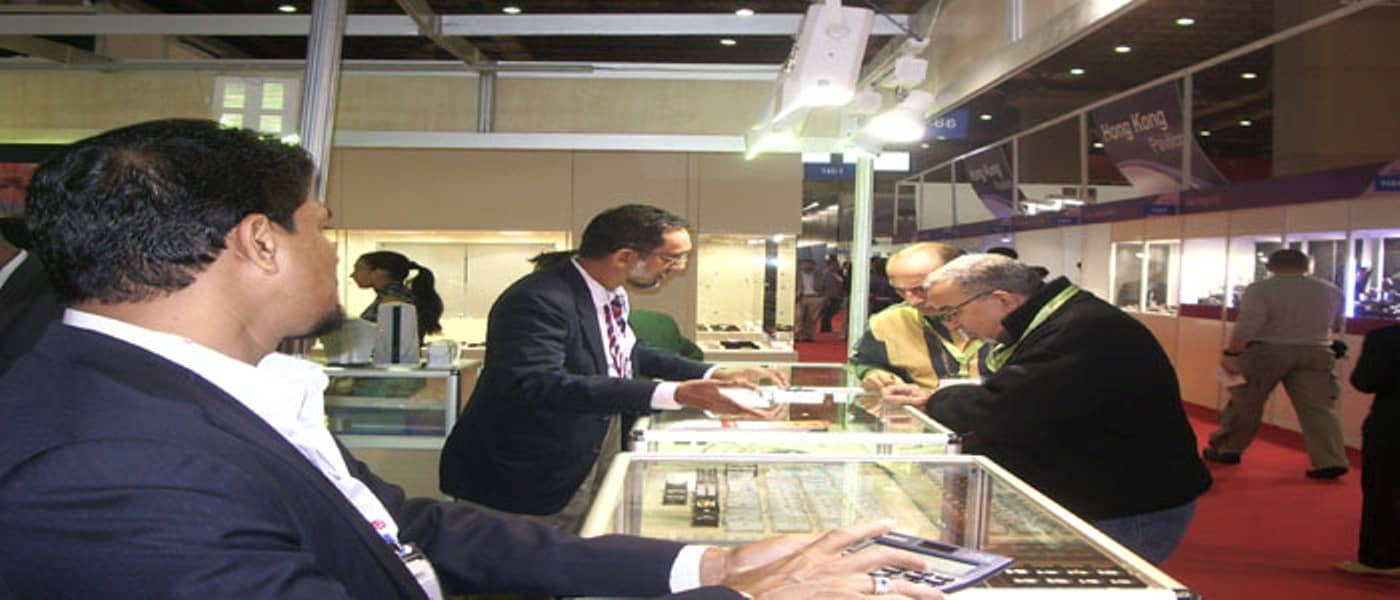 istanbul-jewelry-show-33rd-edition-visitors-inspecting-exhibits-at-another-stall-in-the-sri-lanka-pavilion