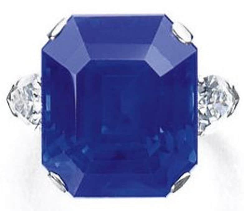 Lot 468 - 27.54-carat, cut-cornered rectangular-cut, Kashmir blue sapphire ring