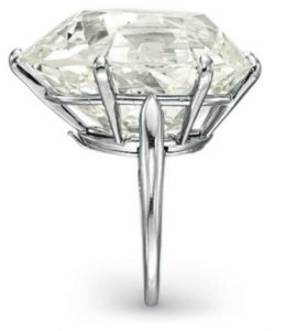 Lot 277 - Side view of the Diamond Ring by Van Cleef & Arpels