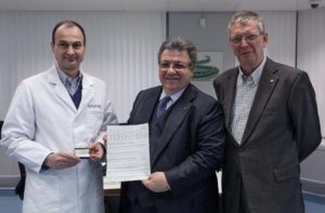 SSEF Deputy Director Jean-Pierre Chalain (left) holding the CIBJO Diamond C1 master set, is joined by CIBJO President Gaetano Cavalieri (center) and Marc-Alain Christen , President of the SSEF Board (right).
