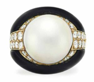 Lot 135 - Mabe Pearl, Diamond and Onyx Ring