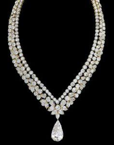 Lot 214 - A SET OF DIAMOND JEWELLERY, BY CARTIER. V-shaped Triple-Strand Necklace