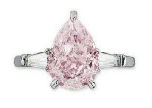 Lot 190 - A DIAMOND AND COLOURED DIAMOND RING