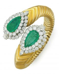 LOT 156 - AN EMERALD, DIAMOND AND GOLD BANGLE BRACELET, BY DAVID WEBB