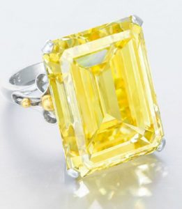 LOT 2031 - ANOTHER VIEW OF THE IMPRESSIVE COLOURED DIAMOND RING