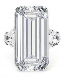 LOT 115 - AN ELEGANT DIAMOND RING, BY BULGARI