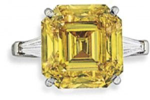 LOT 155 - A SUPERB COLOURED DIAMOND RING