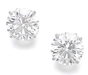 LOT 302 - PAIR OF ATTRACTIVE DIAMOND EARRINGS