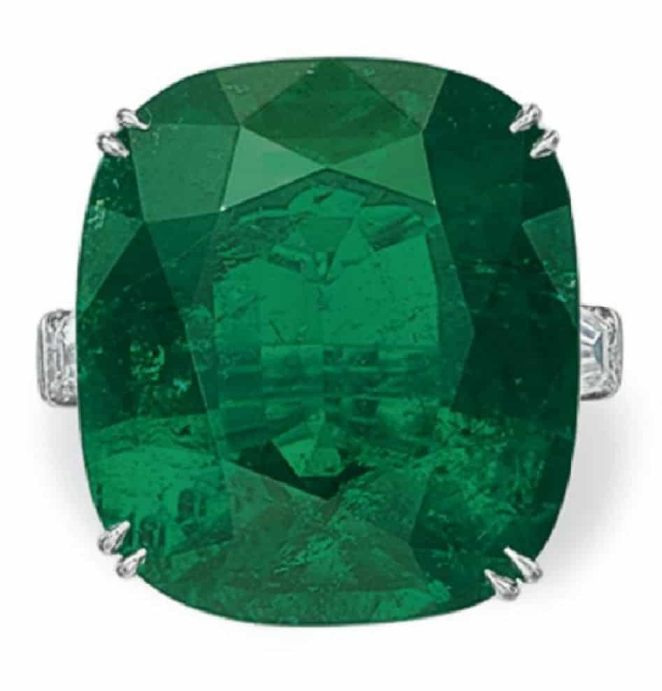 LOT 276 - A SUPERB EMERALD AND DIAMOND RING