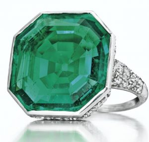 LOT 317 - AN ART DECO EMERALD AND DIAMOND RING, BY CARTIER