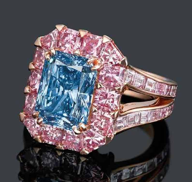 Lot 2077 - ANOTHER VIEW OF THE EXCEPTIONAL COLOURED DIAMOND RING, BY MOUSSAIEFF