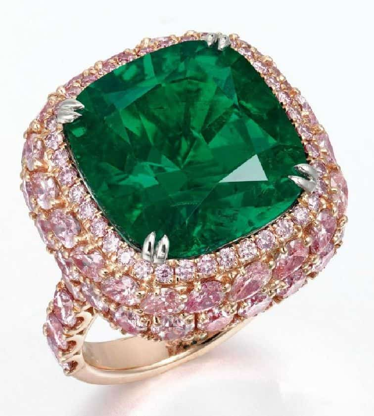 LOT 2052 - AN EXCLUSIVE EMERALD AND COLORED DIAMOND RING
