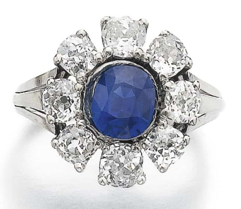 LOT 907 - SAPPHIRE AND DIAMOND RING
