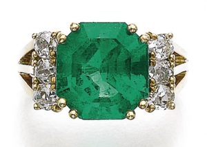 LOT 621 - EMERALD AND DIAMOND RING