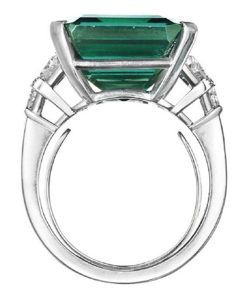 LOT 126 - SIDE VIEW OF THE ROCKEFELLER EMERALD RING