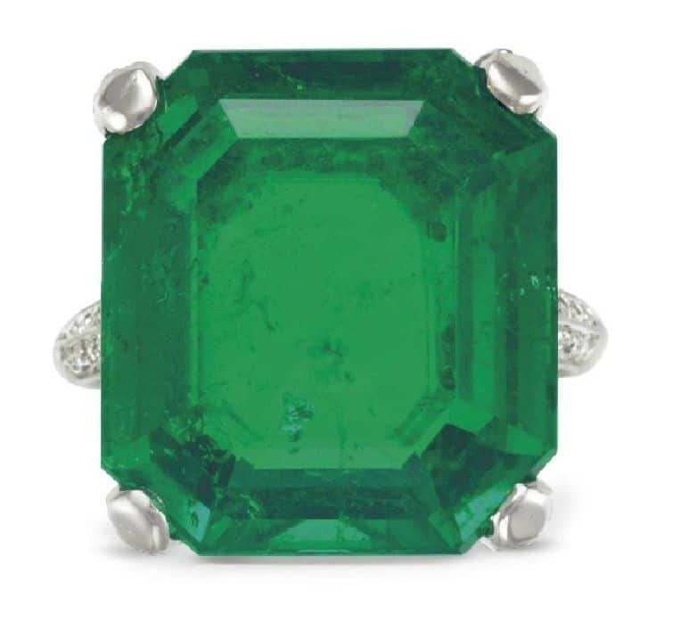 LOT 249 - AN EMERALD AND DIAMOND RING, BY CARTIER