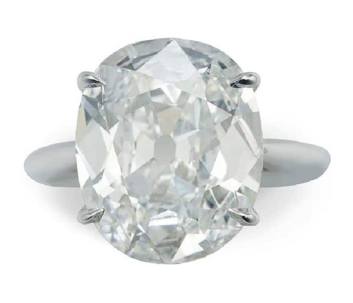 LOT 199 - A CHARMING DIAMOND RING
