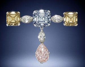 LOT 187 - A FINE FANCY COLORED DIAMOND PENDANT BROOCH