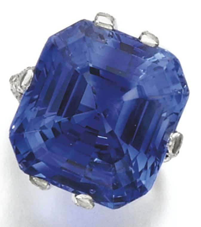 LOT 296 - SAPPHIRE AND DIAMOND RING