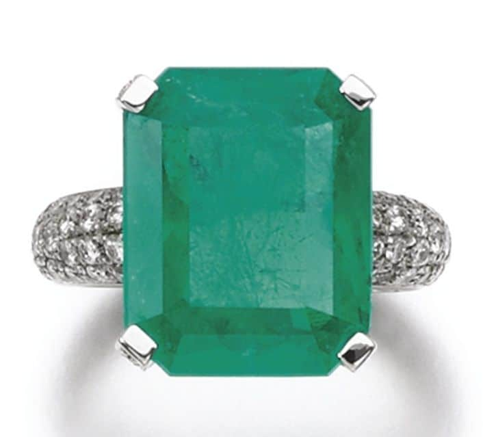 LOT 273 - EMERALD AND DIAMOND RING