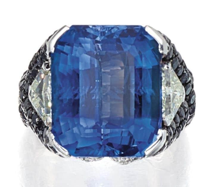 LOT 9022 - SAPPHIRE AND DIAMOND RING