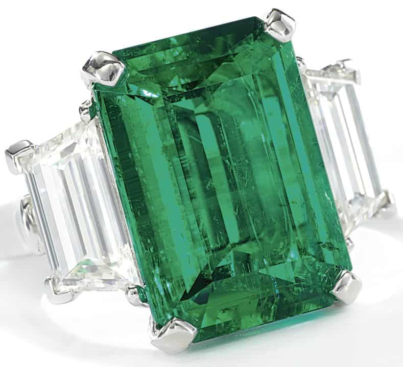 LOT 9202 - EMERALD AND DIAMOND RING