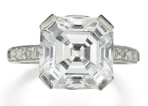 LOT 299 - DIAMOND RING