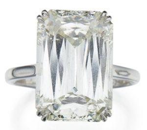 LOT 294 - DIAMOND RING