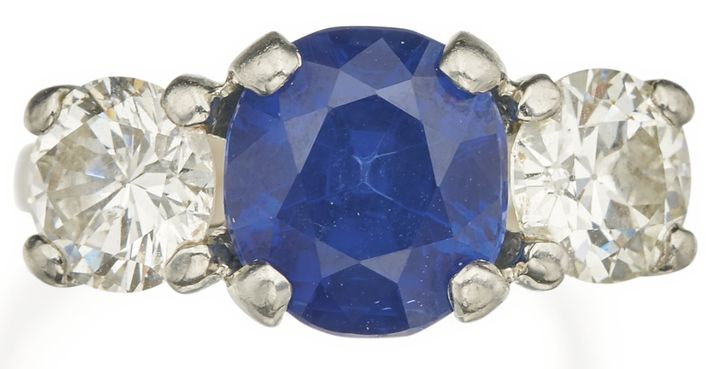 LOT 159 - SAPPHIRE AND DIAMOND RING