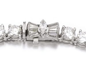 LOT 400 – THE CLASP OF THE DIAMOND RIVIÈRE NECKLACE ENLARGED