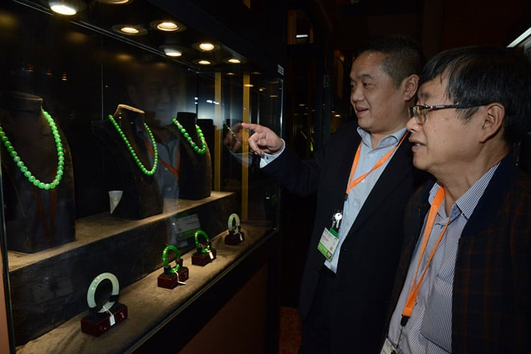 VISITORS EXAMINING JEWELLERY AT THE 2017 HONG KONG INTERNATIONAL GEM AND JEWELLERY SHOW