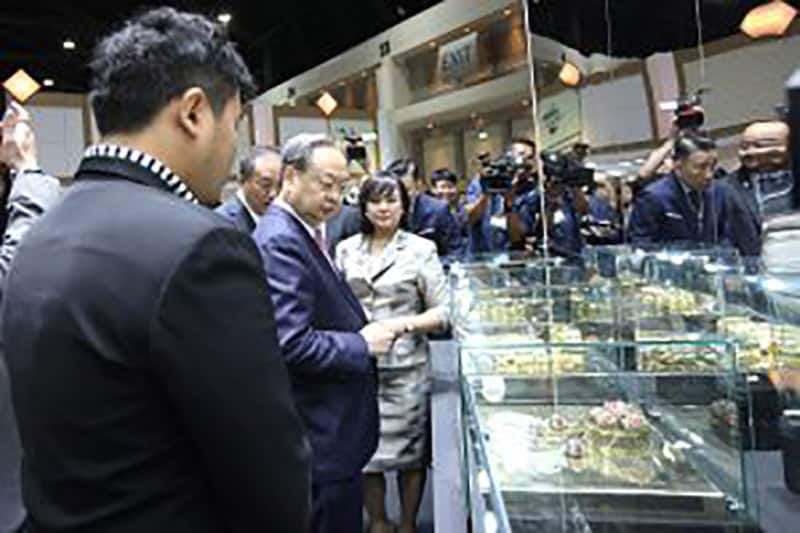 MINISTER OF COMMERCE VIEWING EXHIBITS AT THE SHOW