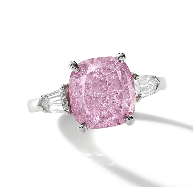 AN ATTRACTIVE FANCY VIVID PURPLISH PINK DIAMOND AND DIAMOND RING,