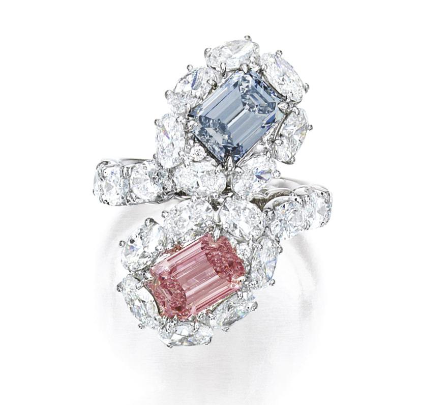 LOT 1658 - AN ATTRACTIVE FANCY INTENSE BLUE DIAMOND AND FANCY INTENSE PINK DIAMOND RING
