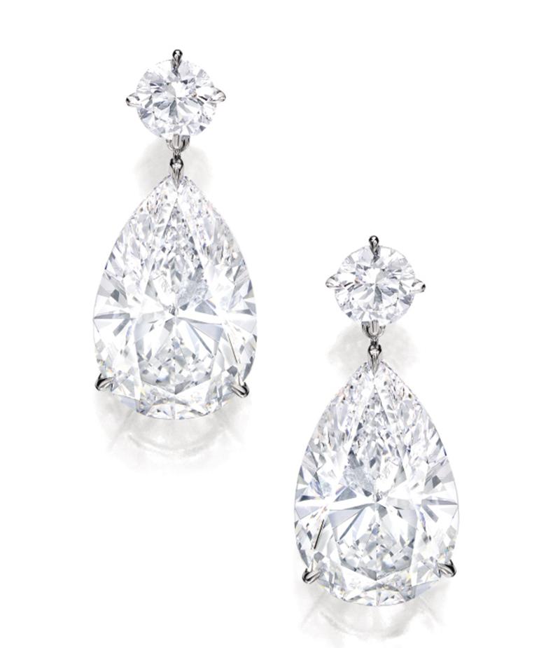 LOT 1656 - AN IMPRESSIVE PAIR OF DIAMOND PENDENT EARRINGS
