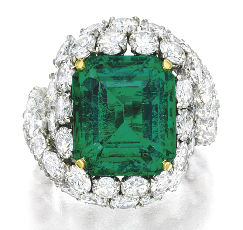 LOT 1777 - ANOTHER VIEW OF THE FINE EMERALD AND DIAMOND RING, MONTURE CARTIER