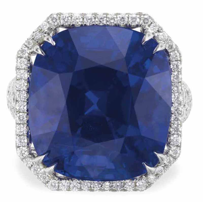 LOT 190 - A SAPPHIRE AND DIAMOND RING (TOP VIEW)