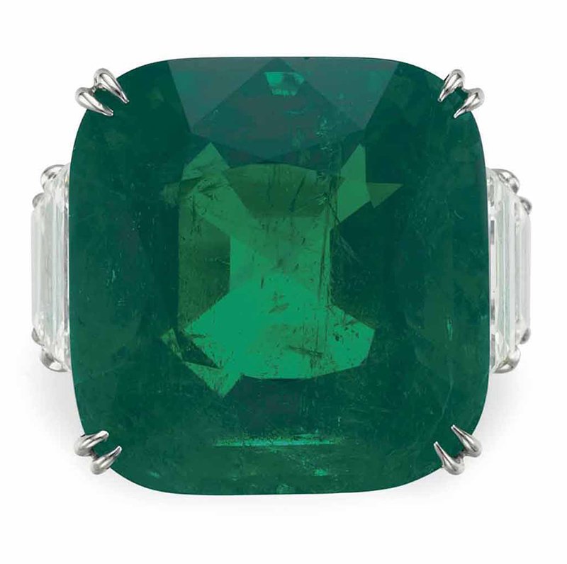LOT 204 - AN EMERALD AND DIAMOND RING