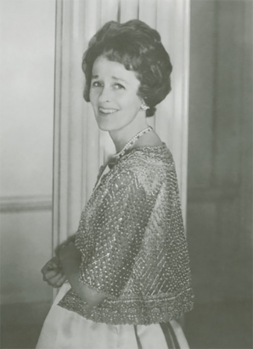 BETSY CUSHING WHITNEY WEARING THE TIFFANY'S EMERALD AND DIAMOND NECKLACE