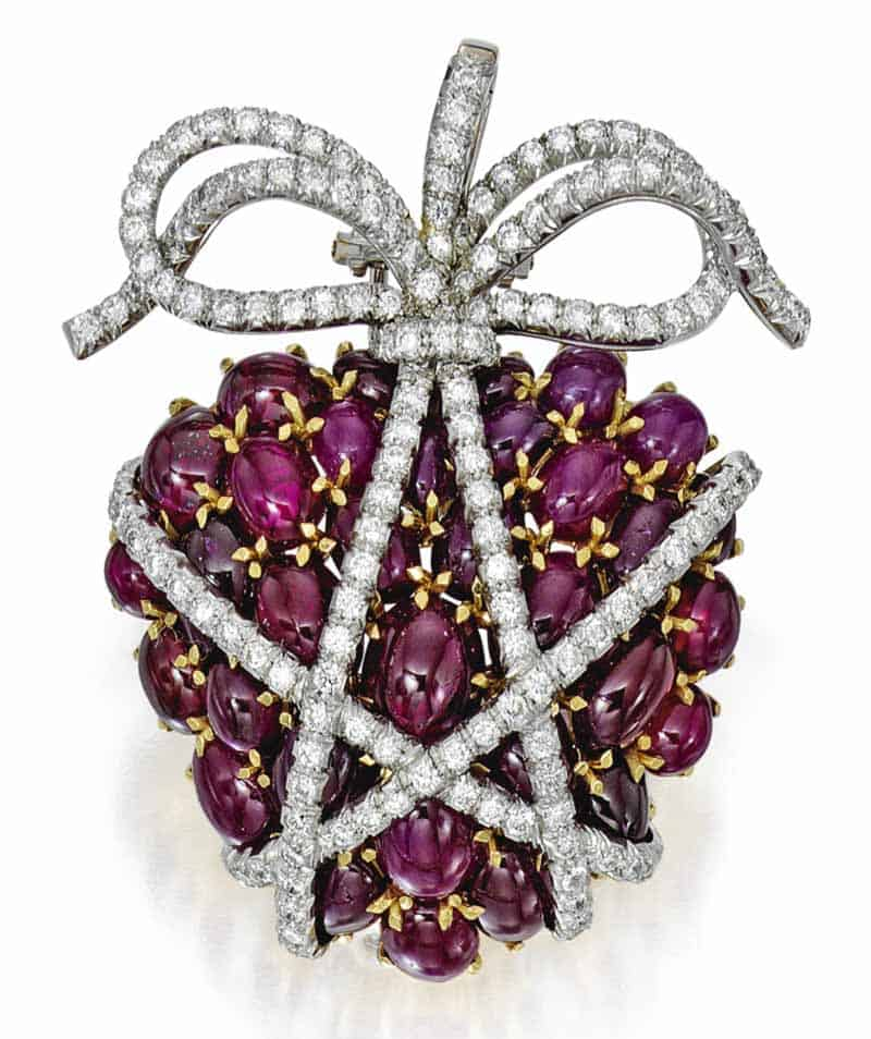 LOT 39 - RUBY AND DIAMOND 'WRAPPED HEART' PENDANT-BROOCH, VERDURA