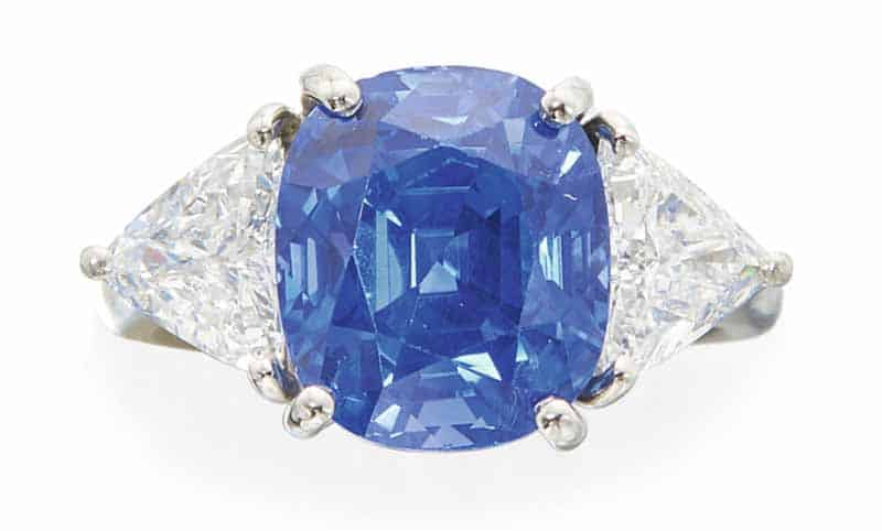 LOT 603 - SAPPHIRE AND DIAMOND RING
