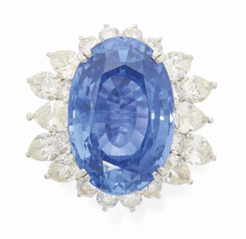 LOT 670 - SAPPHIRE AND DIAMOND RING