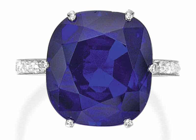 LOT 53 - AN IMPRESSIVE KASHMIR SAPPHIRE AND DIAMOND RING, CIRCA 1920