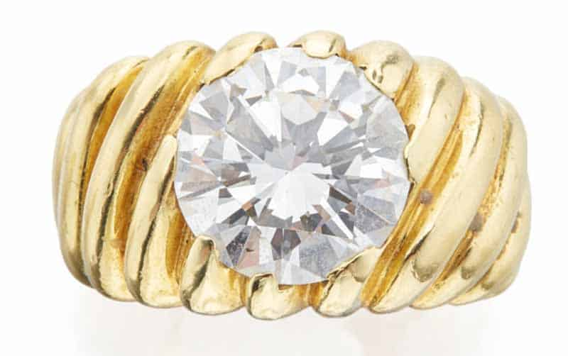 LOT 699 – GOLD AND DIAMOND RING