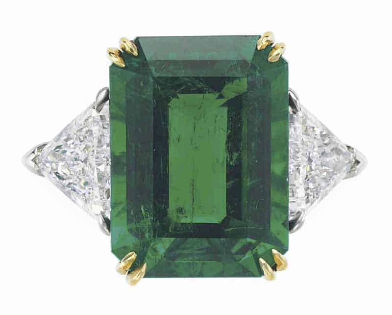 LOT 39 - AN EMERALD AND DIAMOND RING