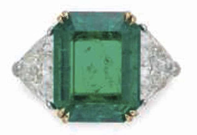 LOT 34 - AN EMERALD AND DIAMOND RING, BY VAN CLEEF & ARPELS