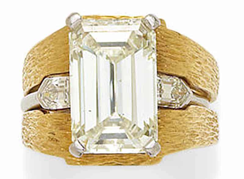 LOT 353 - A DIAMOND AND PLATINUM RING WITH 18K GOLD JACKET