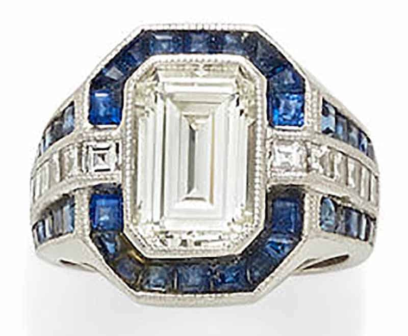 LOT 438 - A DIAMOND, SAPPHIRE AND PLATINUM RING