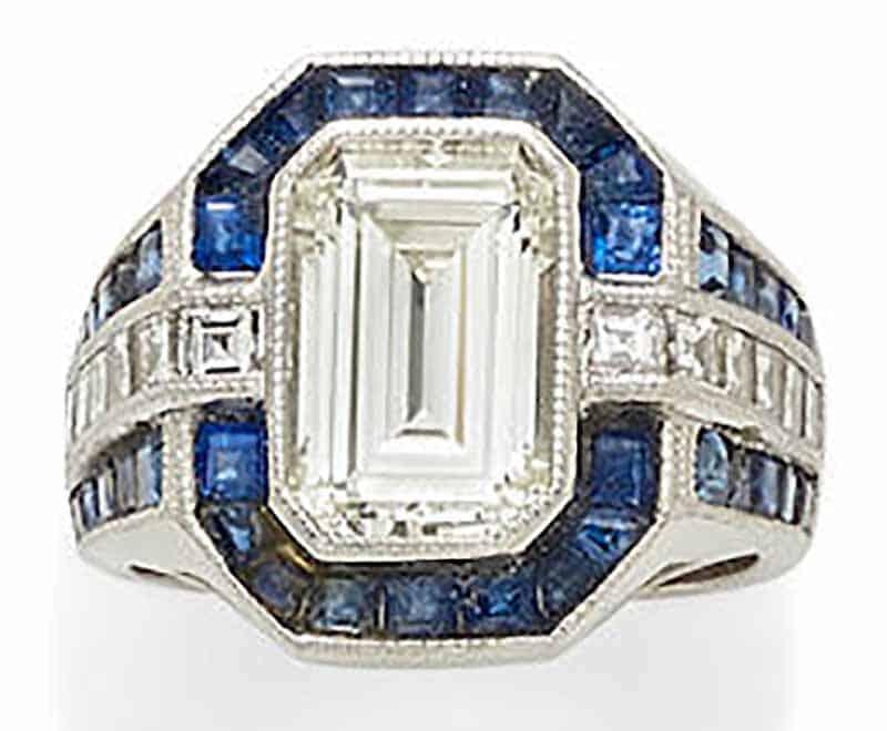 LOT 438 - A DIAMOND, SAPPHIRE AND PLATINUM RING