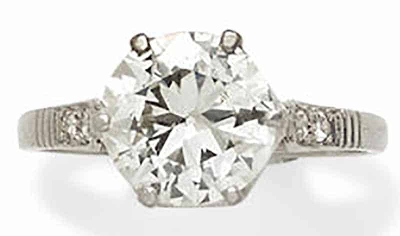 LOT 396 - A DIAMOND AND PLATINUM RING